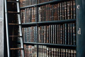 Altes Buchregal mit Büchern