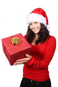 Frau präsentiert Geschenk