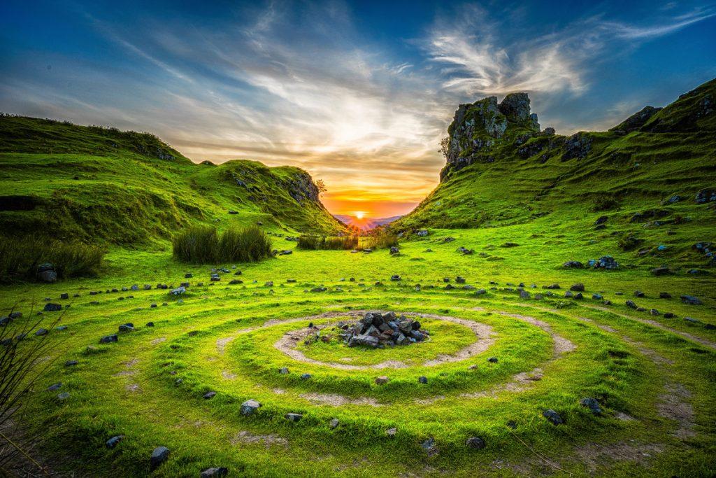 Grüne Landschaft mit Sonnenaufgang